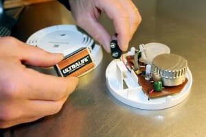 Brandvarnare som är isärplockad för att byta batteri