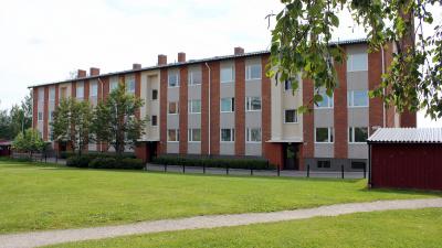 Flerbostadshus i tre våningar och rött tegel.