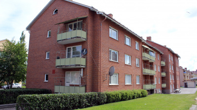 Flerbostadshus i tre våningar i rött tegel