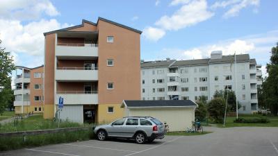 Bild på två hus i fyra våningar. Husen står i vinkel och är ett äldreboende.
