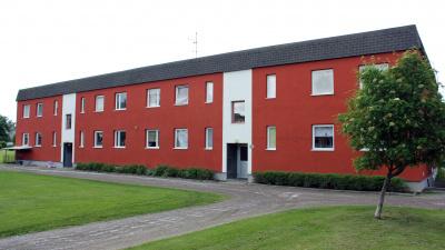 Bild på flerbostadshus och innergård på Skolmästaren i Arbrå.