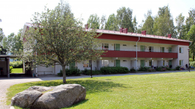 Tvåvånings lägenhetshus i tegel och egen ingång ifrån loftgång.