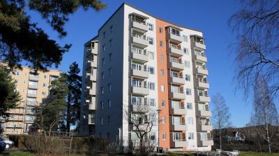 Punkthus med lägenheter, sju våningar högt med vanliga balkonger.