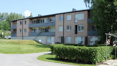 Tvåvånings lägenhetshus i stenputs.