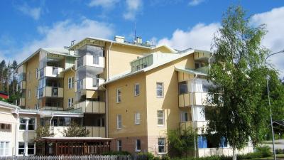 Servicehus med lägenheter i fyra till fem våningsplan.