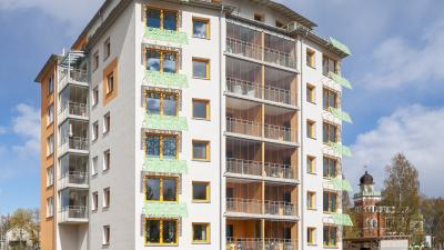 Lägenhetshus i sju våningar med inglasade balkonger.