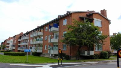Flerbostadshus i rött tegel. Tre våningar.
