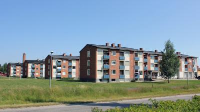 Bild tagen på fyra flerbostadshus i tre våningar och rött tegel