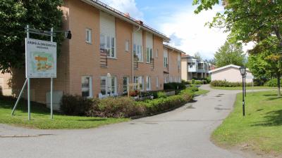 Bild som visar flera tvåvåningshus i ljusrött tegel.
