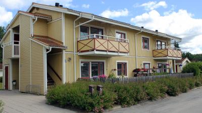 Tvåvånings lägenhetshus i trä.
