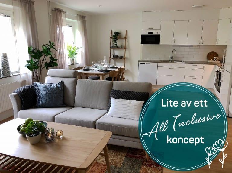 Möblerat allrum med soffa och matbord
