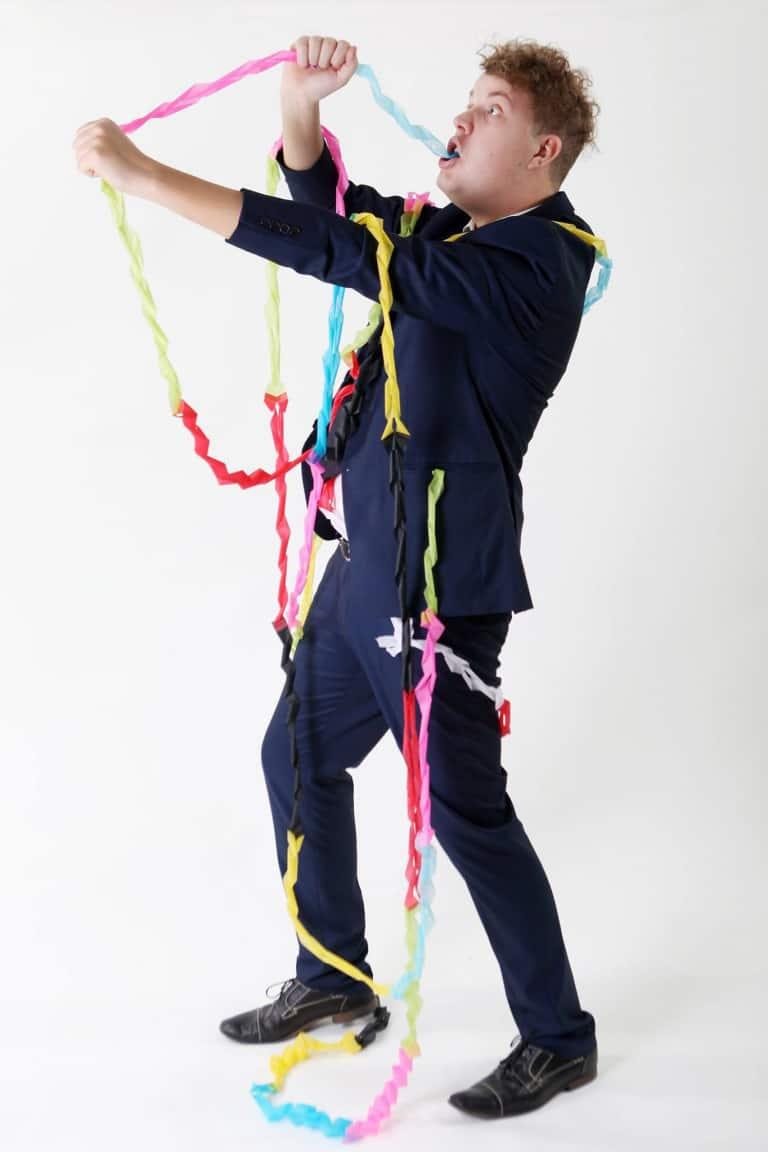 Bild på trollkarl som trasslat in sig i ballonger